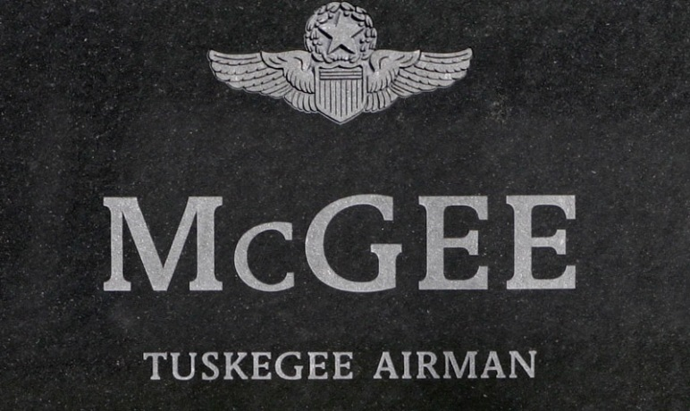 Gravestone_of_a_Tuskegee_Airman
